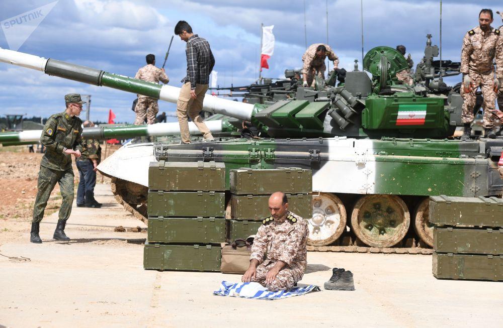 伊朗軍隊一名軍人在準備「坦克兩項-2019」國際比賽。