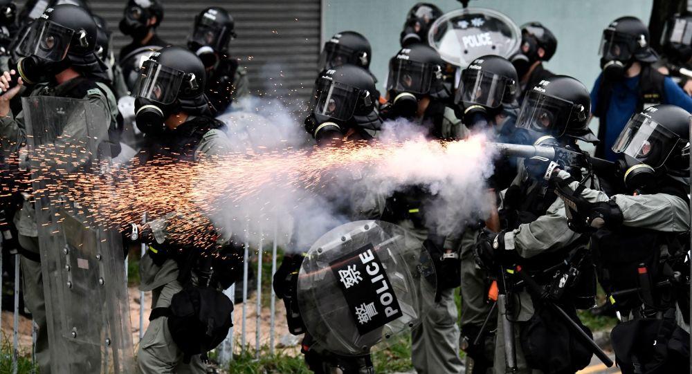 香港警方使用催淚彈驅趕示威人群