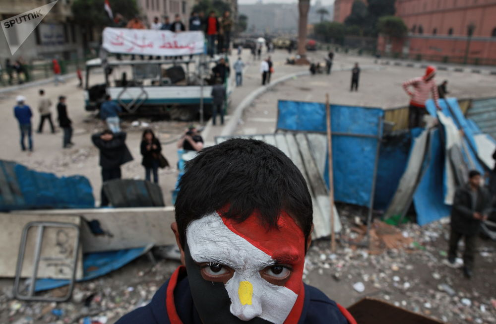 一名臉上塗著埃及國旗顏色的反對派支持者。