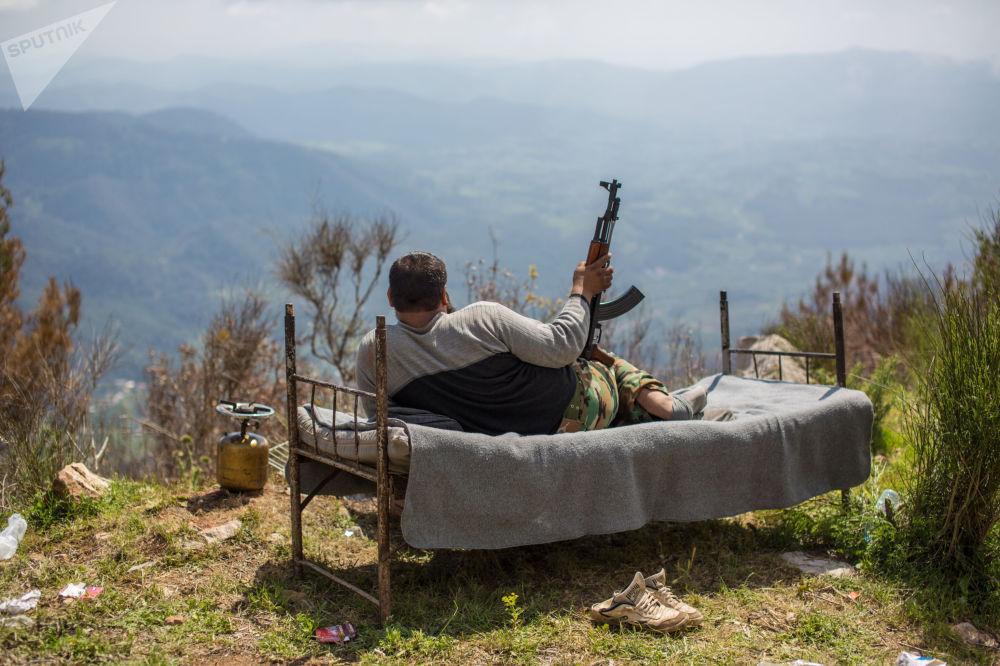 一名敘利亞士兵躺在床上俯瞰科薩布市。