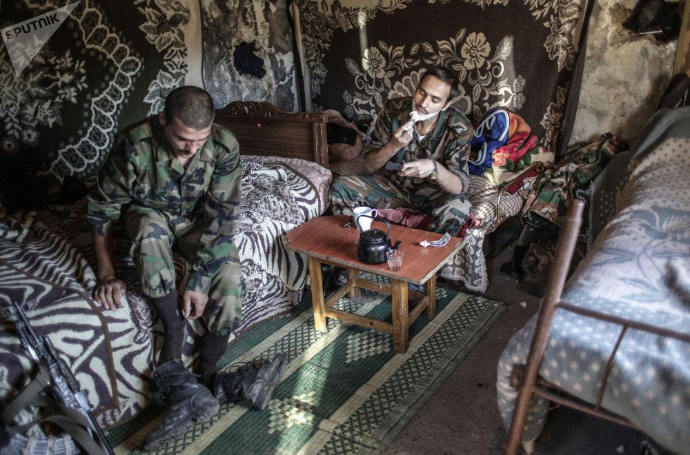 離土耳其邊境不遠的敘利亞政府軍士兵。