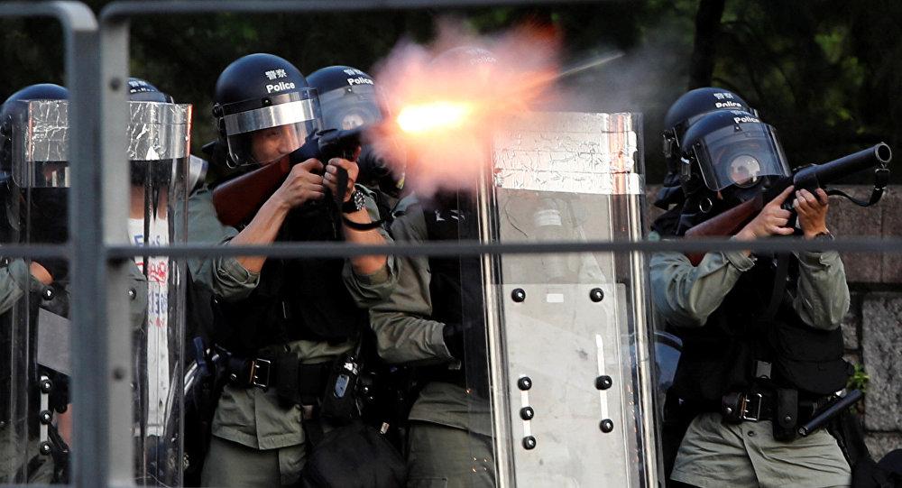 香港警方使用催淚彈驅趕萬聖節這天的示威者