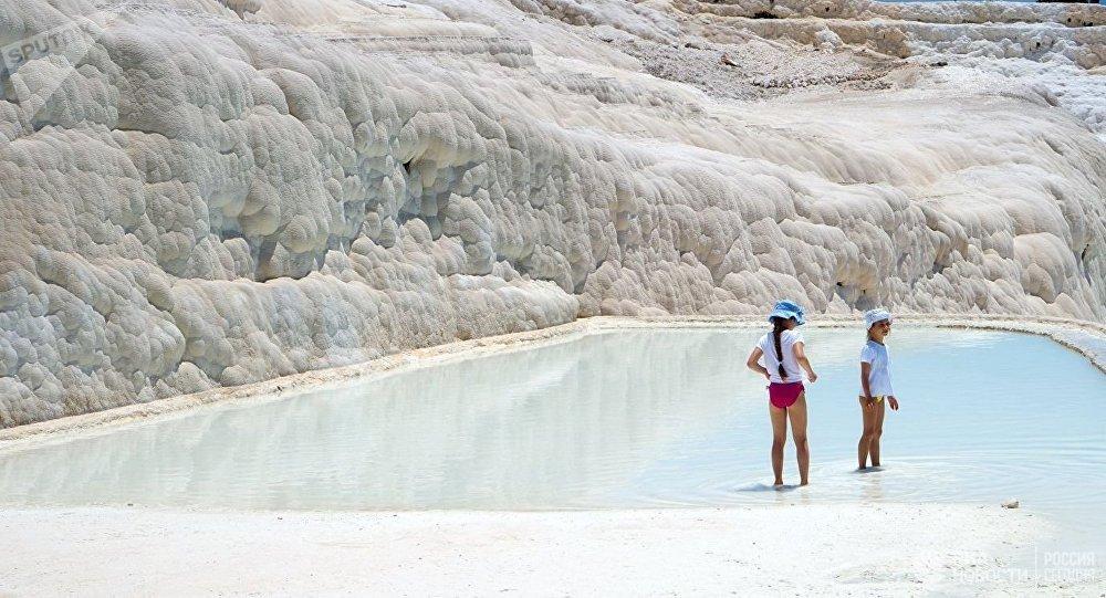 土耳其棉花堡溫泉憑何吸引遊客?