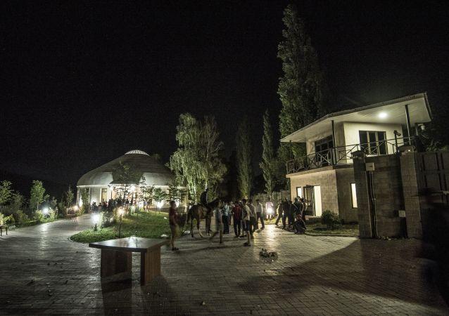 吉爾吉斯斯坦前總統承諾釋放被關押在其宅邸的特種部隊士兵