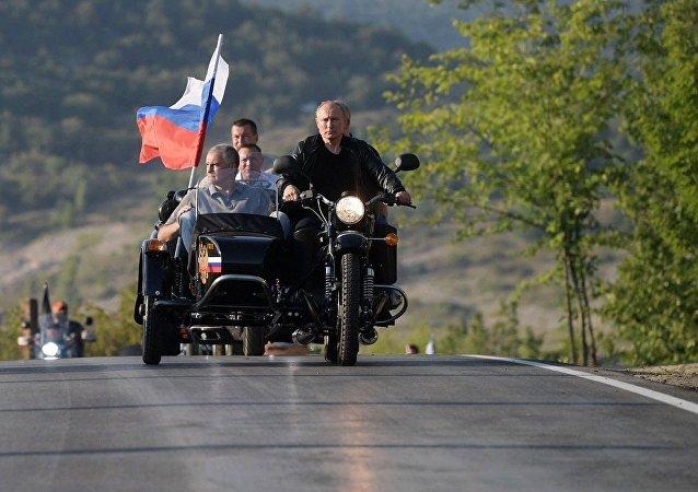 普京駕駛三輪摩托搭載克里米亞領導人和塞瓦斯托波爾領導人參加摩托車秀