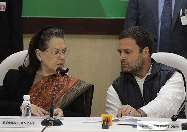 索尼婭·甘地(左)和拉胡爾·甘地