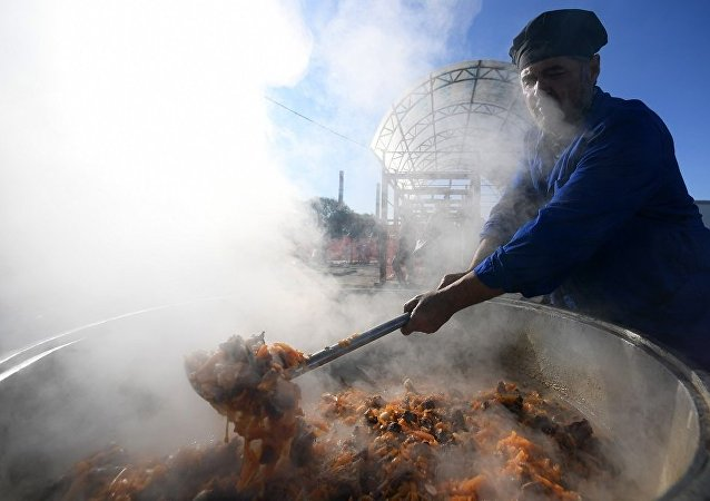 中國參賽官兵在古爾邦節品嘗阿拉伯菜餚