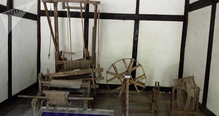 早年是鄧家祖輩織布室。鄧小平的祖母戴氏和母親淡氏都是勤勞善良的農家婦女,這間房是她們當年紡紗織布的地方。