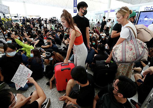 示威人群包圍香港政府大樓