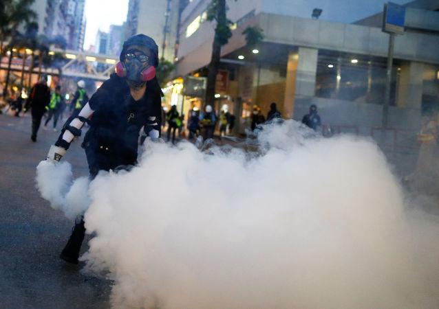 香港警方使用催淚彈驅趕建造街壘的示威者