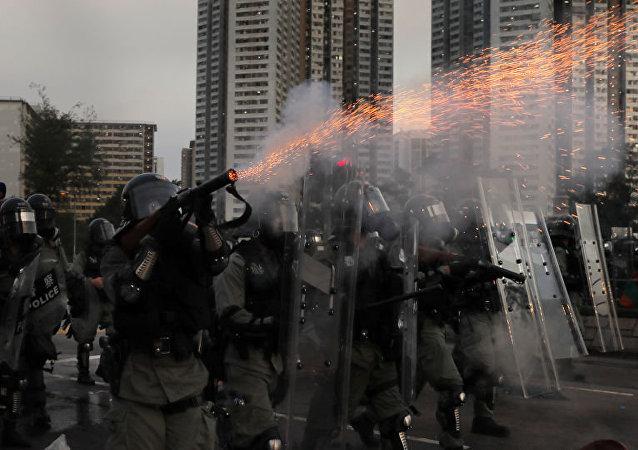 香港警方使用水炮車驅散示威者