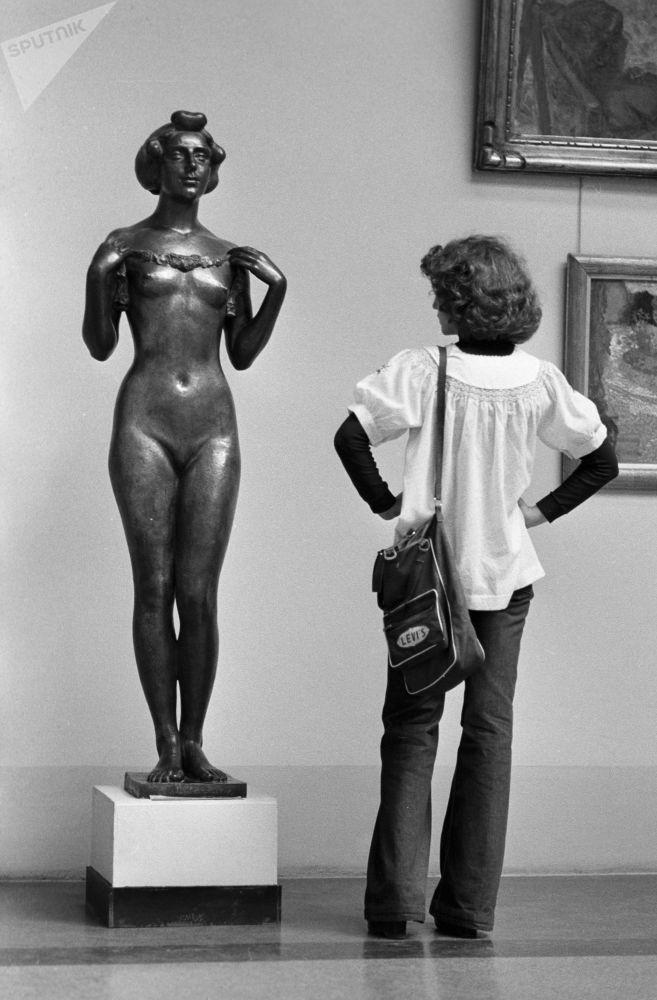 法國雕塑家阿里斯蒂德∙馬約爾在國立普希金造型藝術博物館中的青銅女子雕像。1979年。