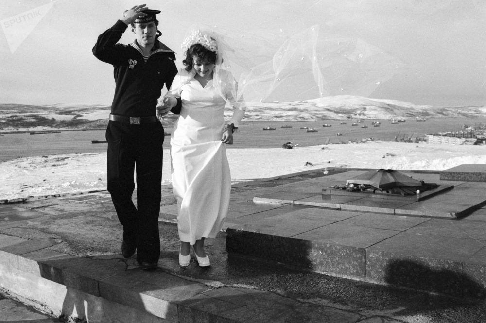 摩爾曼斯克北極圈保衛者紀念碑旁的新人。1977年。
