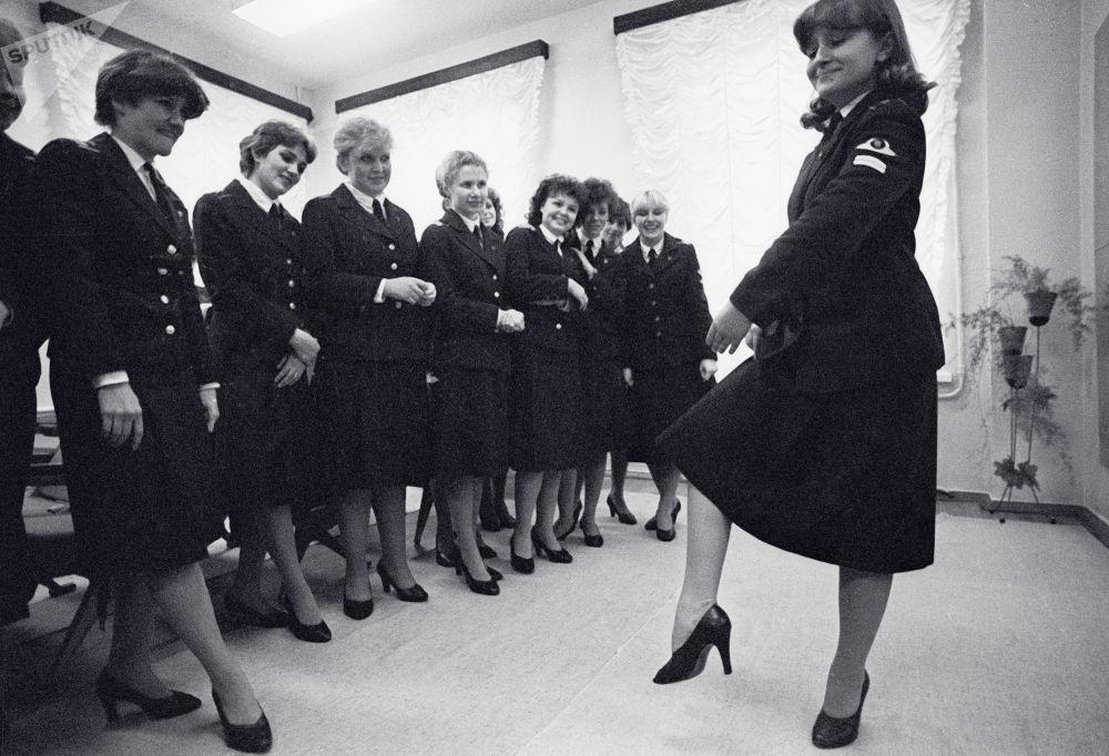 列寧格勒民航技術學校舞蹈課上的空姐。1984年。