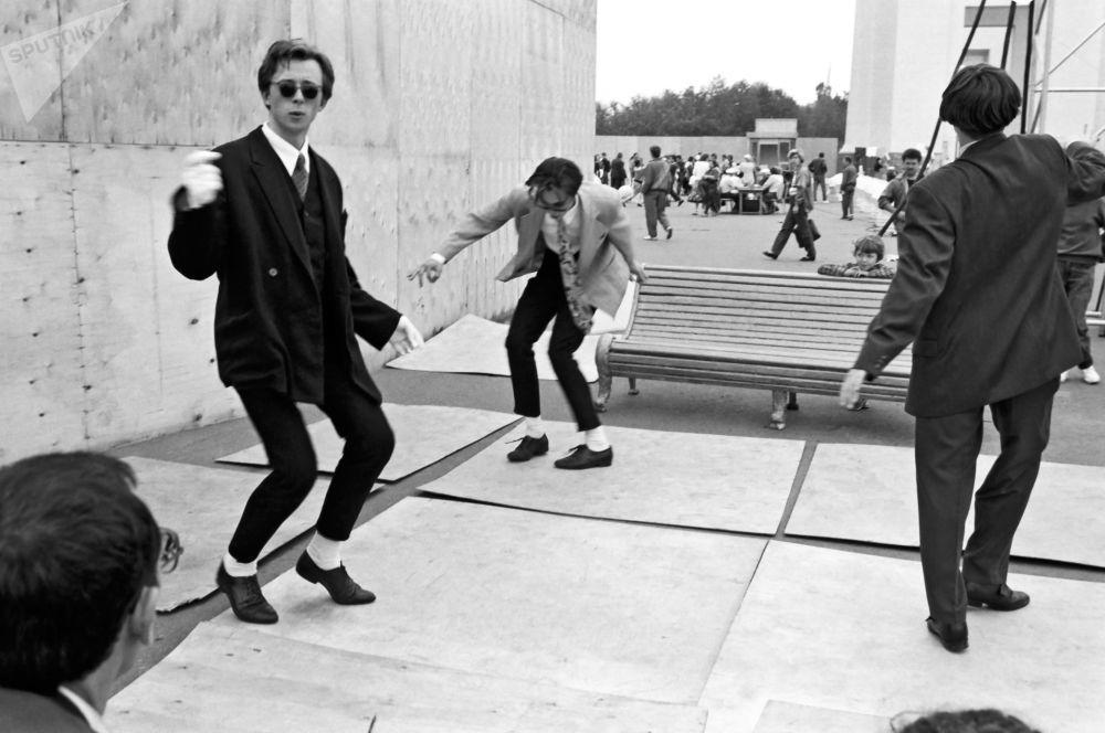 莫斯科的摩登青年在跳搖擺舞。1980年。
