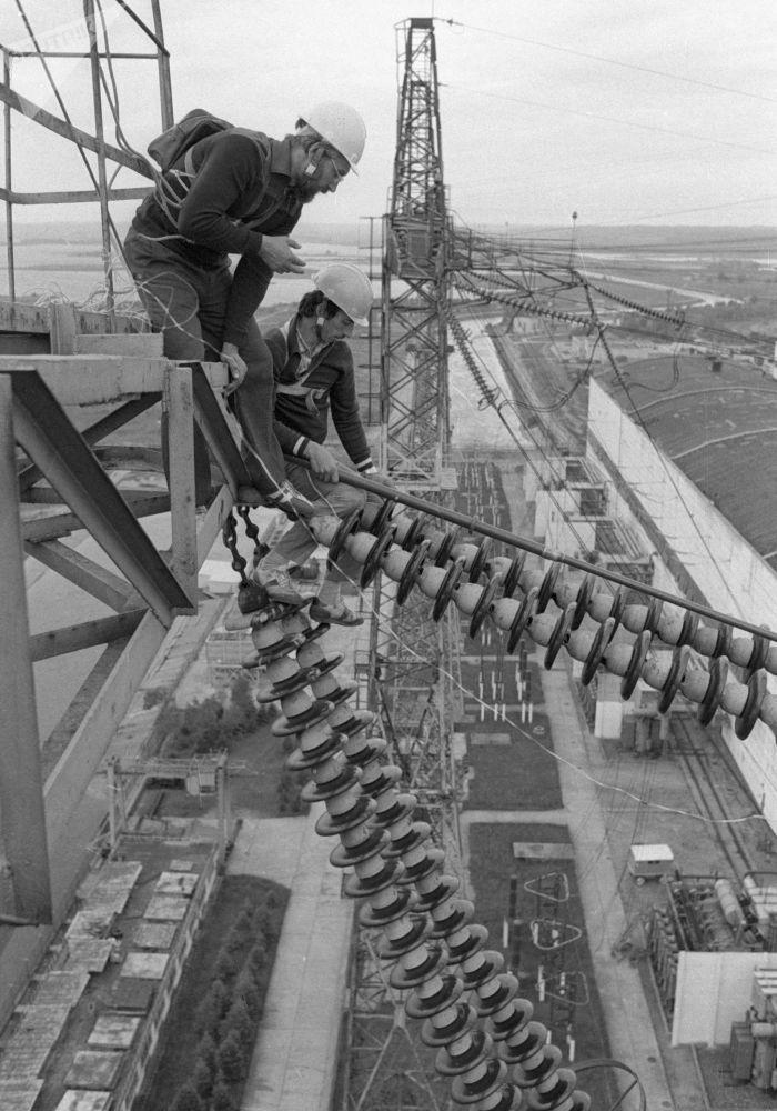電工在做電網預檢。1984年。