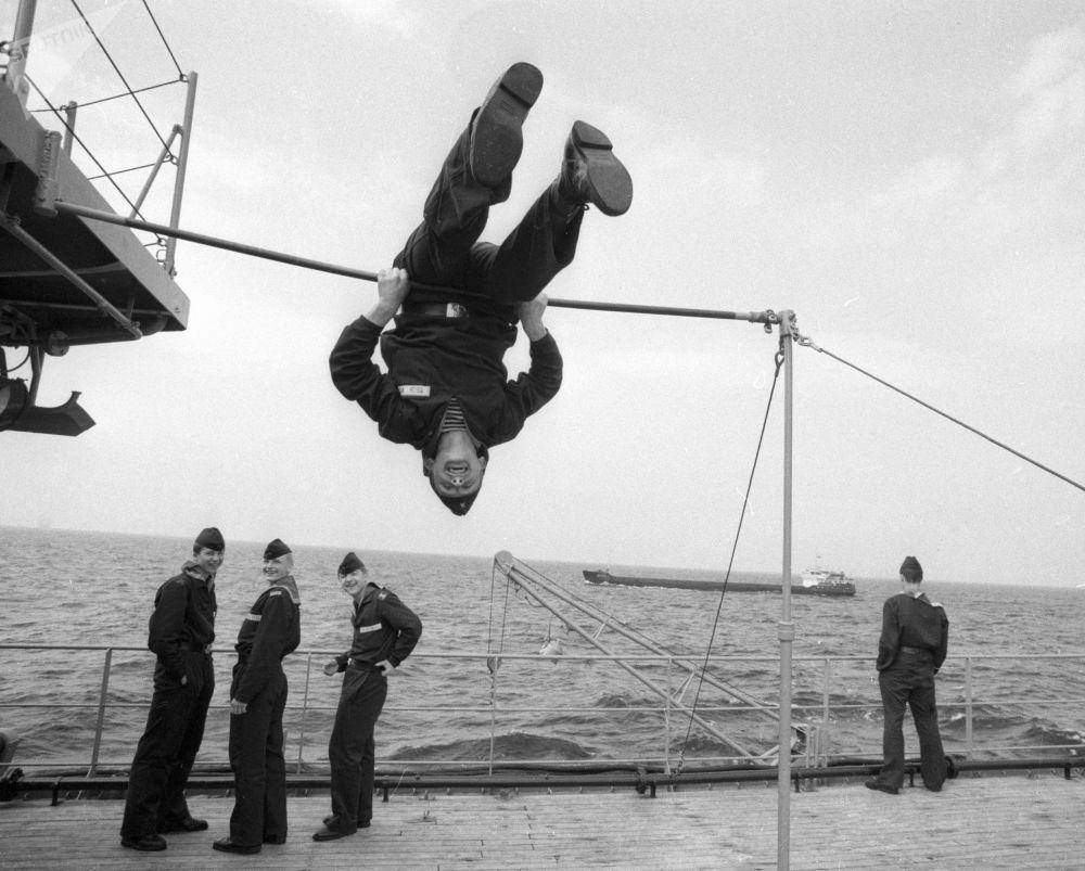 納西莫夫海軍軍事學校的學生在甲板上做運動。1988年。