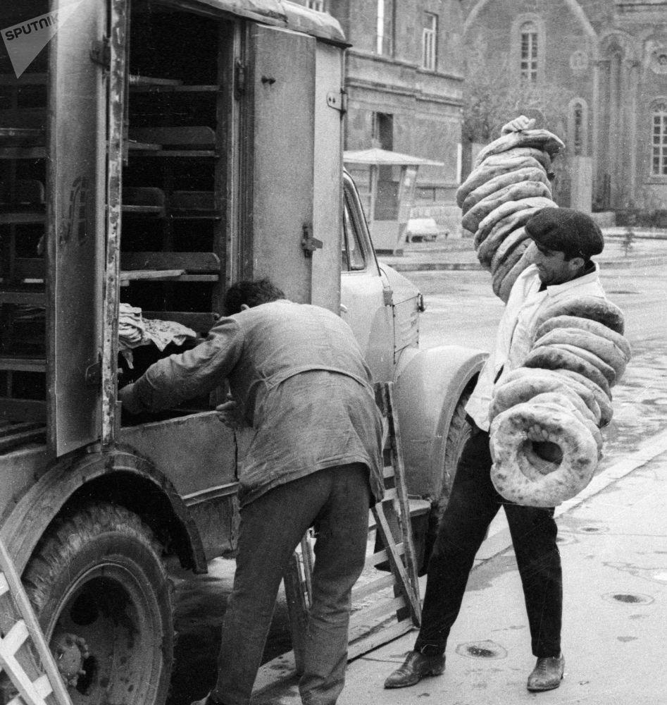 列寧納坎麵包店的工人從麵包車上卸下新鮮的大餅。1968年。
