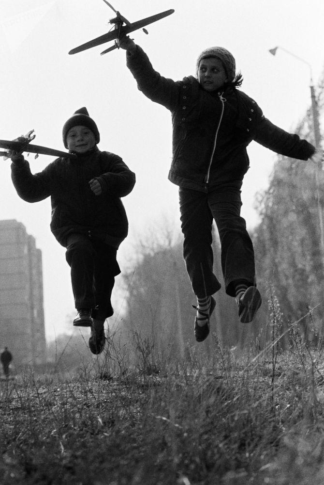 孩子們在玩飛機模型。1988年。