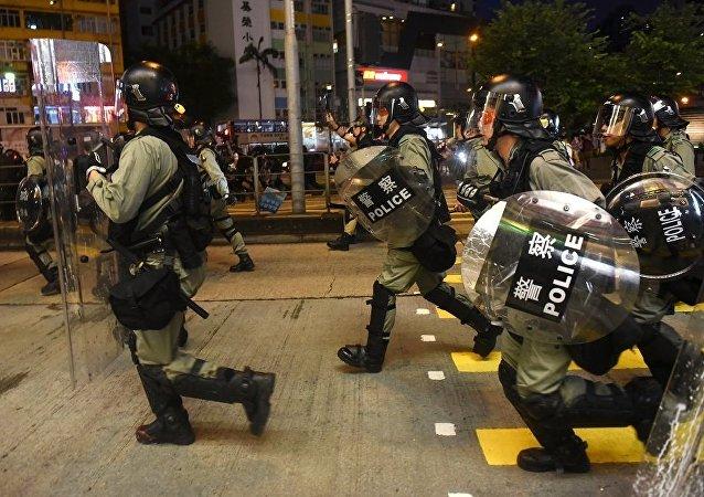 香港反政府示威者挑釁立法會大樓旁的警察
