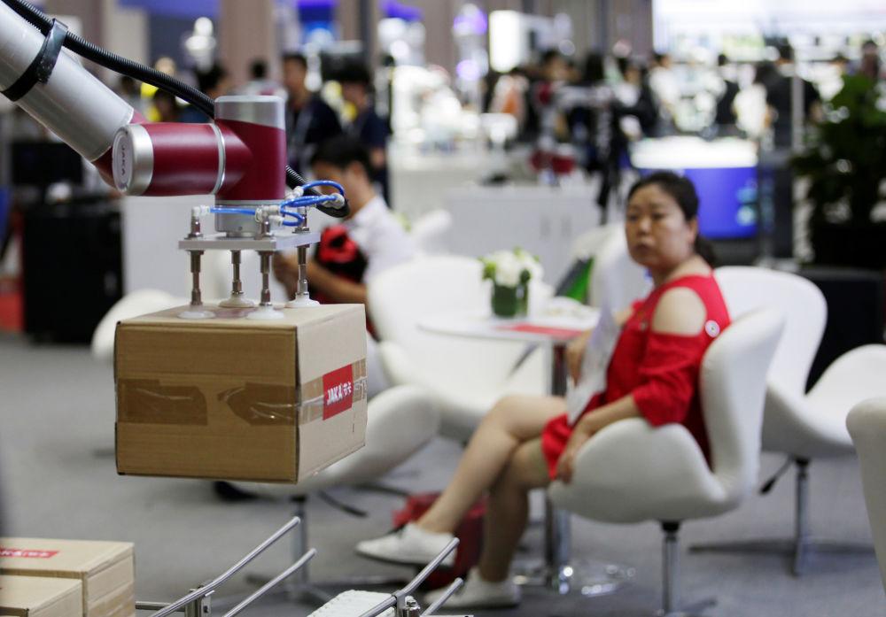 2019世界機器人大會上舉起箱子的機器人Jaka。