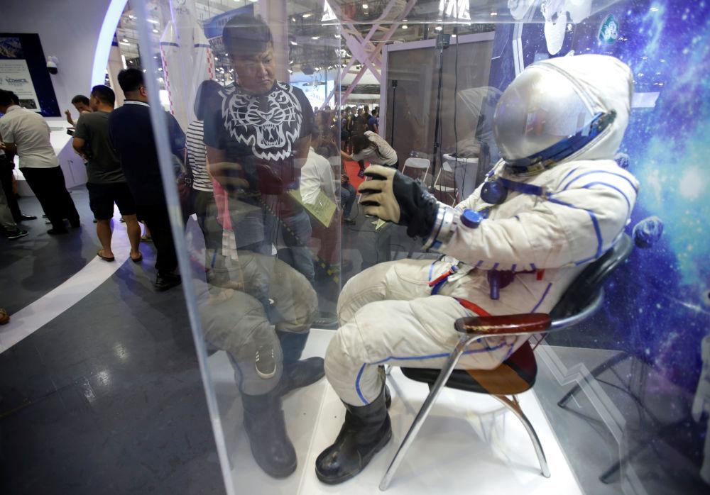 2019世界機器人大會上的航天服。