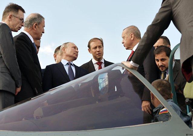普京與埃爾多安在莫斯科航展上參觀俄最新型蘇-57戰鬥機