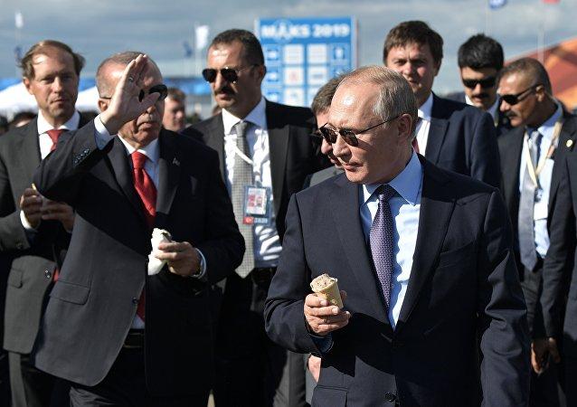 普京在莫斯科航展上請埃爾多安品嘗俄羅斯冰淇淋