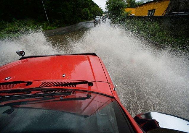 俄符拉迪沃斯托克數十條路段和機場被暴雨積水淹沒