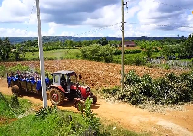 古巴村民為當地兒童打造「拖拉機泳池」