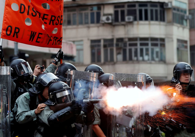 香港警方用水炮車和橡膠子彈驅趕示威者