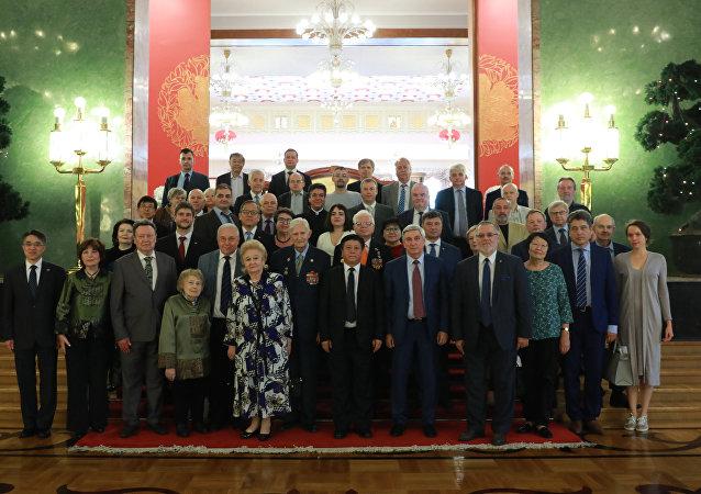 中國駐俄羅斯大使張漢暉在與俄中友好協會的積極人士在莫斯科會面時