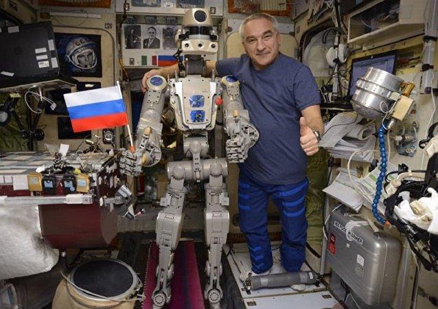俄宇航員亞歷山大·斯克沃爾佐夫與「費奧多爾」機器人(國際空間站)