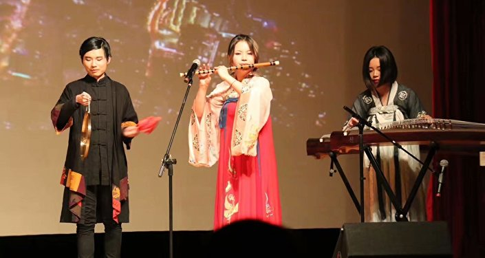 王魯平(左)在中國駐俄使館參加音樂會