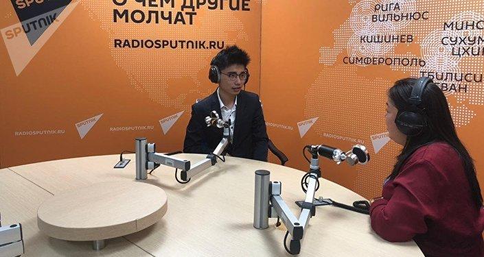 王魯平在衛星通訊社廣播室接受採訪
