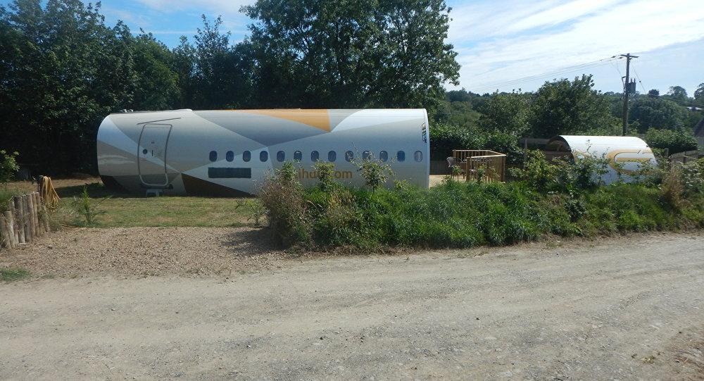 英國一男子將飛機改造成酒店客房