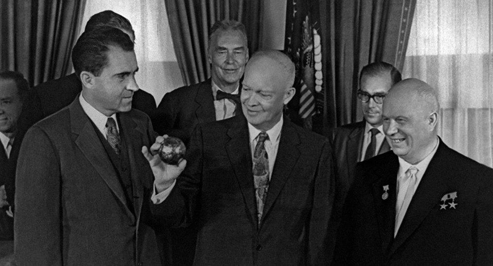 赫魯曉夫(右)向總統德懷特∙艾森豪威爾(中)頒發蘇聯火箭帶到月球上的三角旗複製品