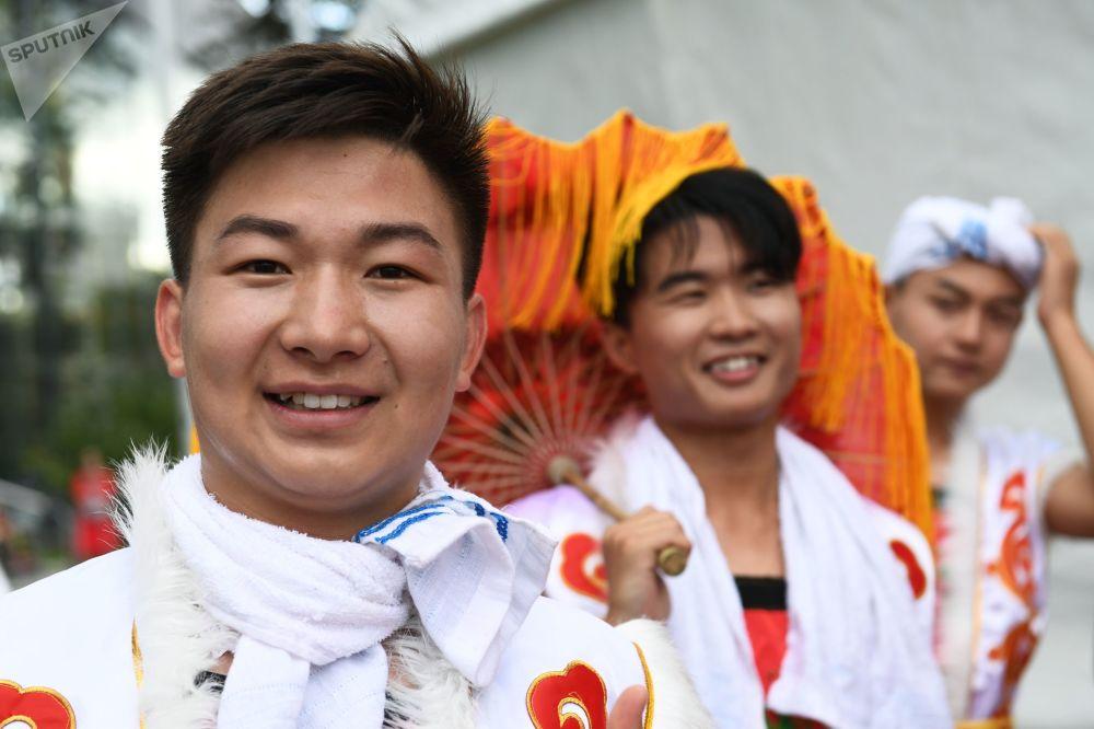 莫斯科全俄展覽中心舉辦的「中國:偉大遺產和新時代」中國文化節演出前的創作團隊演員。