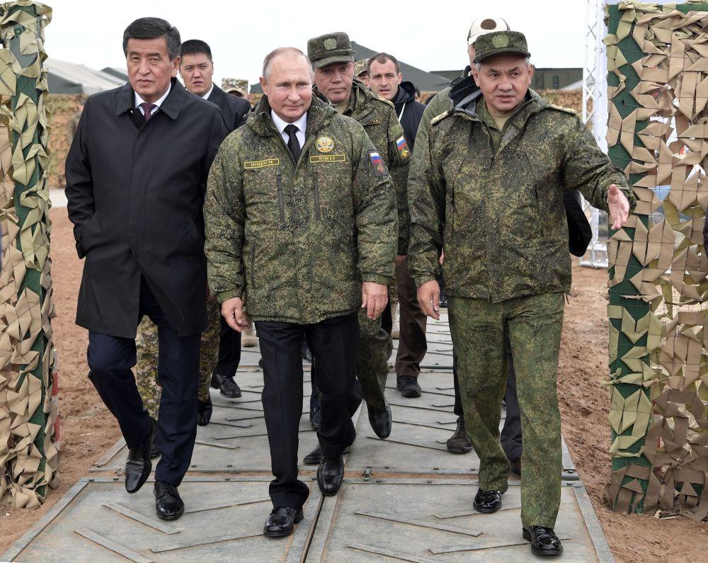 總統大約在當地時間12:30抵達訓練場。俄羅斯總統與吉爾吉斯斯坦總統索倫貝·熱恩別科夫一起觀摩演習。