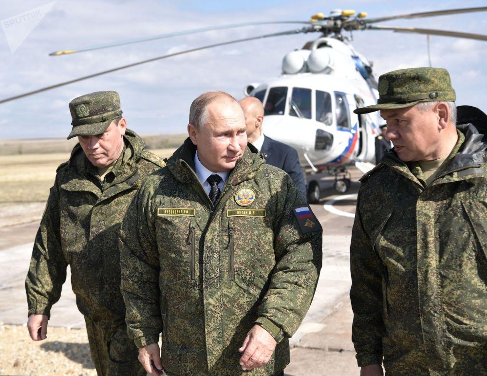 弗拉基米爾·普京總統、國防部長謝爾蓋·紹伊古和武裝部隊總參謀長、國防部第一副部長瓦列里·格拉西莫夫在奧倫堡州的棟古茲訓練場上。