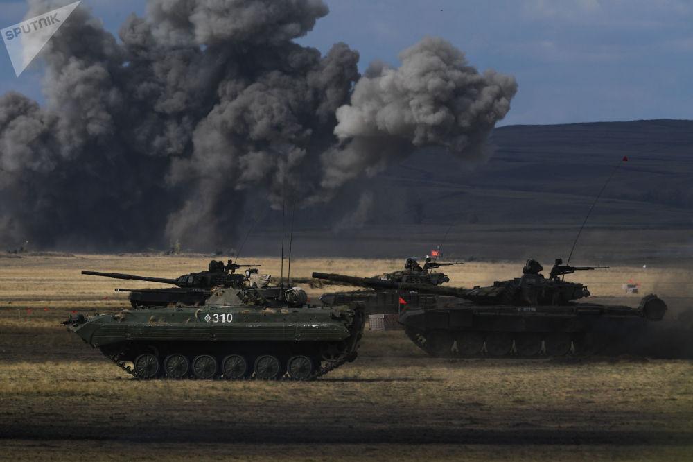 俄羅斯、中國、吉爾吉斯斯坦、塔吉克斯坦、印度和巴基斯坦的部隊模擬組成反恐聯盟擊退攻擊。