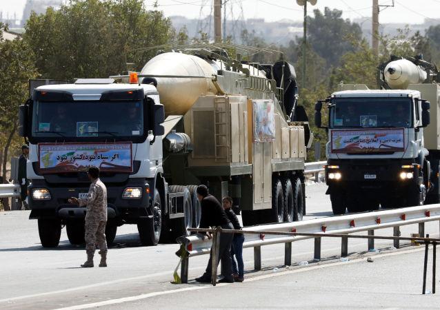 伊朗在閱兵時展示裝有新彈頭的霍拉姆沙赫爾導彈