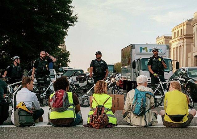 華盛頓警方在抗議氣候變化集會期間拘捕30余名積極分子