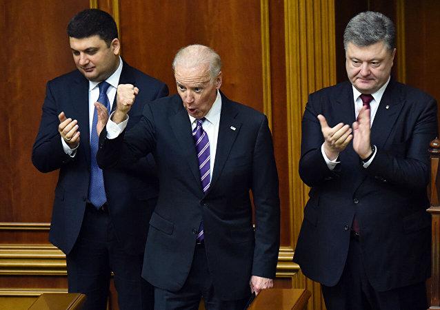 Вице-президент США Джо Байден выступает перед Петром Порошенко после обращения к депутатам Рады.