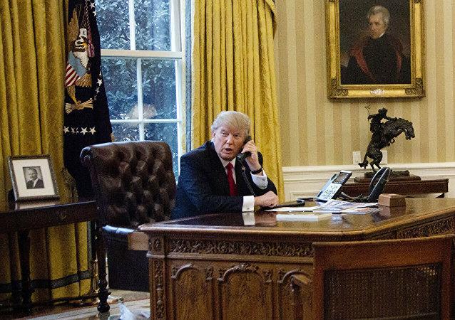 Дональд Трамп разговаривает по телефону