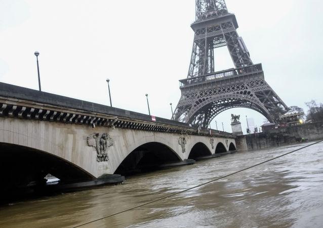法國一名不明身份男子在巴黎警察轄區持刀襲警