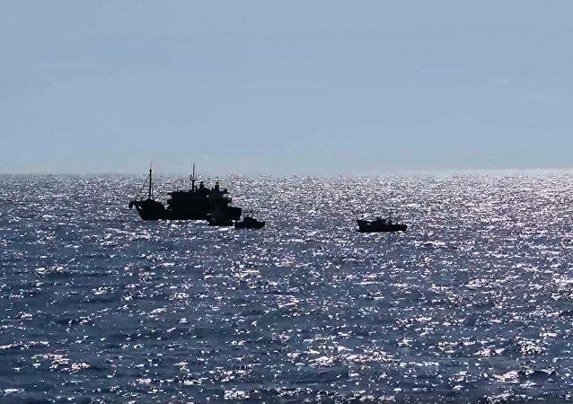 Судна северокорейских браконьеров в исключительной экономической зоне Российской Федерации в Японском море во время их задержания пограничным управлением ФСБ России по Приморскому краю