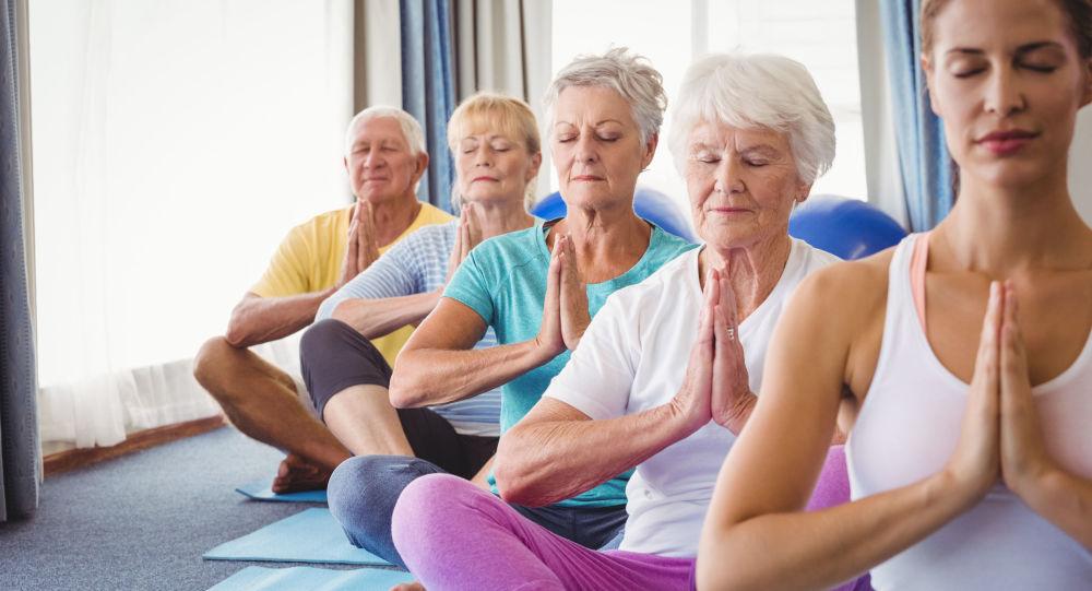Пожилые люди на занятии по медитации
