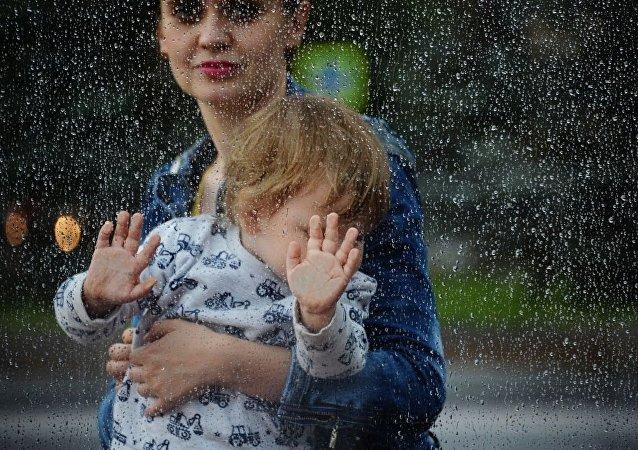 俄羅斯統計局:孩子尚小就工作的媽媽數量在增長