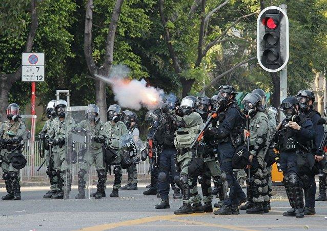 香港警方對示威者使用催淚瓦斯和胡椒噴霧